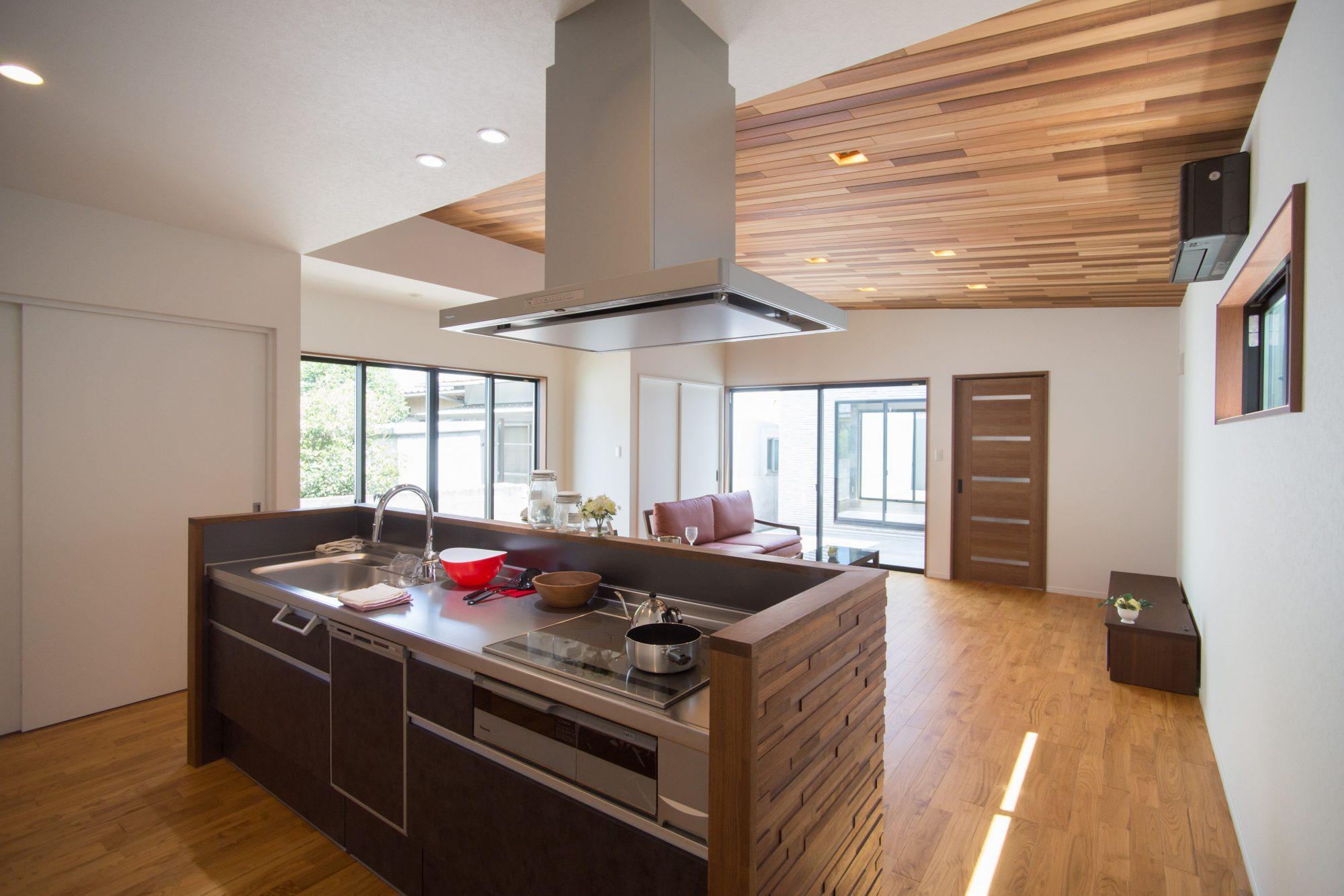 LDKは22帖と広く開放的。 天井高は2500mmを基準とし、リビング天井部は勾配天井としています。 天井部『レッドシダー羽目板』、キッチン手元隠し壁『ウォールナットウッドパネル』、床『クリ無垢フローリング』をそれぞれ採用。フローリングの表面はお掃除の面を考えてウレタン塗装を施しています。