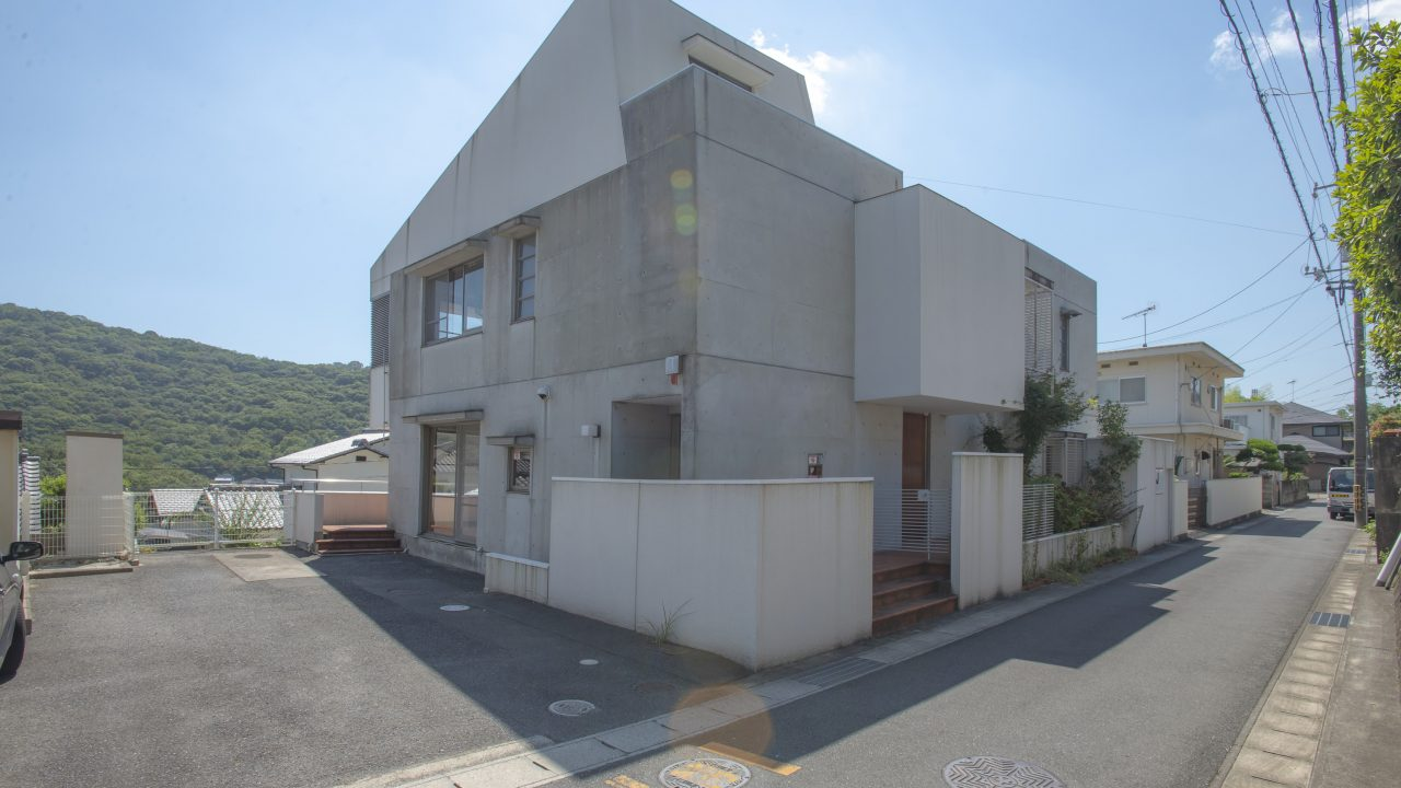 『岡山市北区津高』タイルと無垢フローリング、RC壁が奏でる唯一無二の邸宅