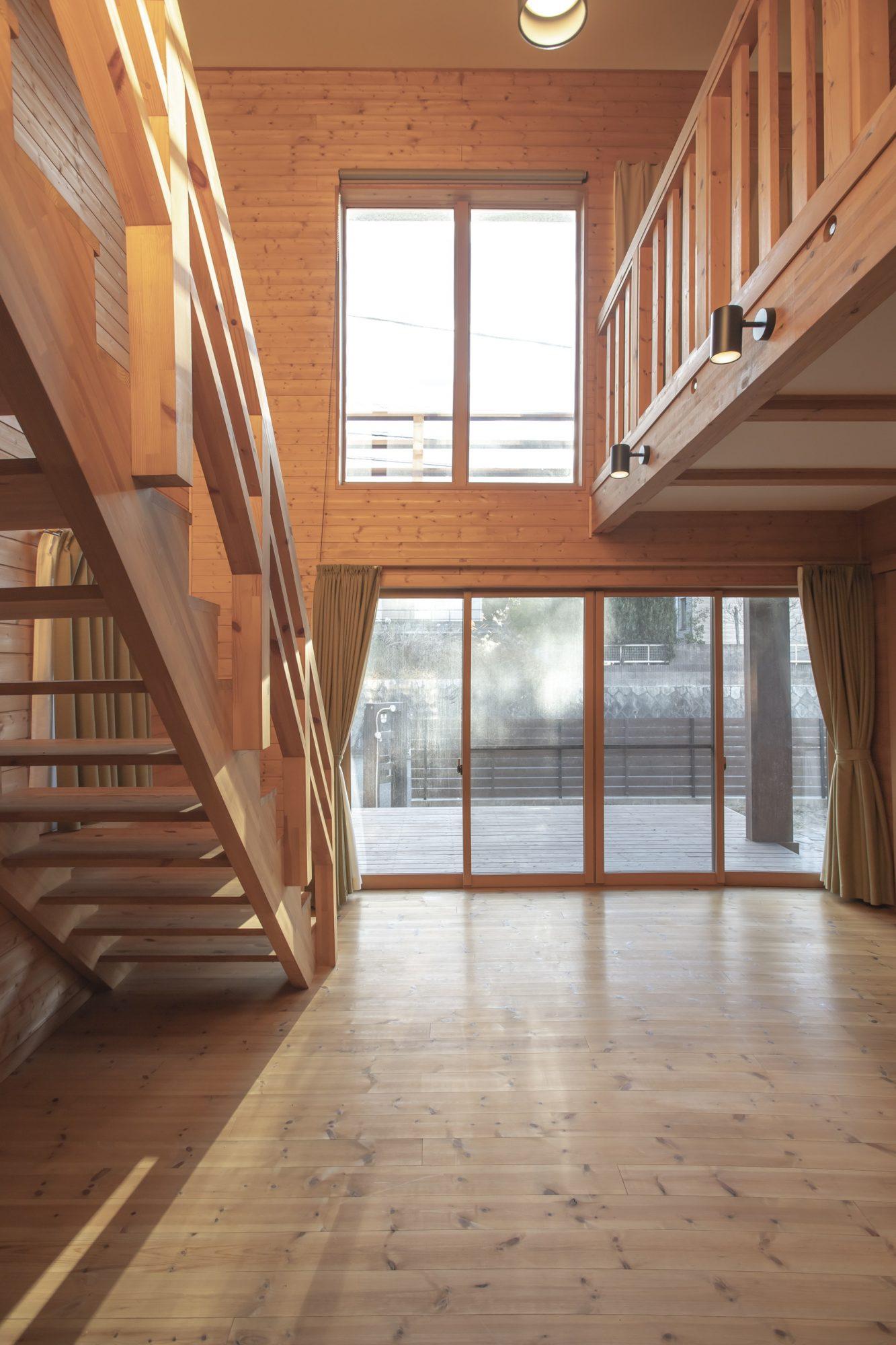 1階2階のコンビネーションサッシから降り注ぐ採光はリビングを明るく演出してくれます♪
