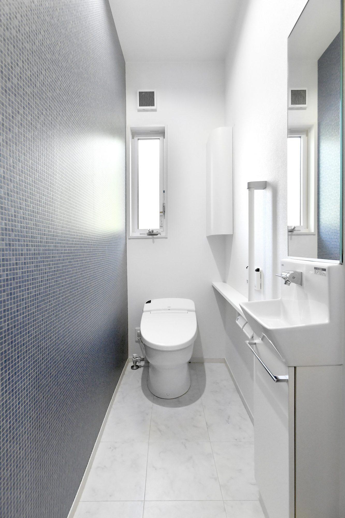 玄関ホールから出入りする位置にあるお客様用に適したトイレ