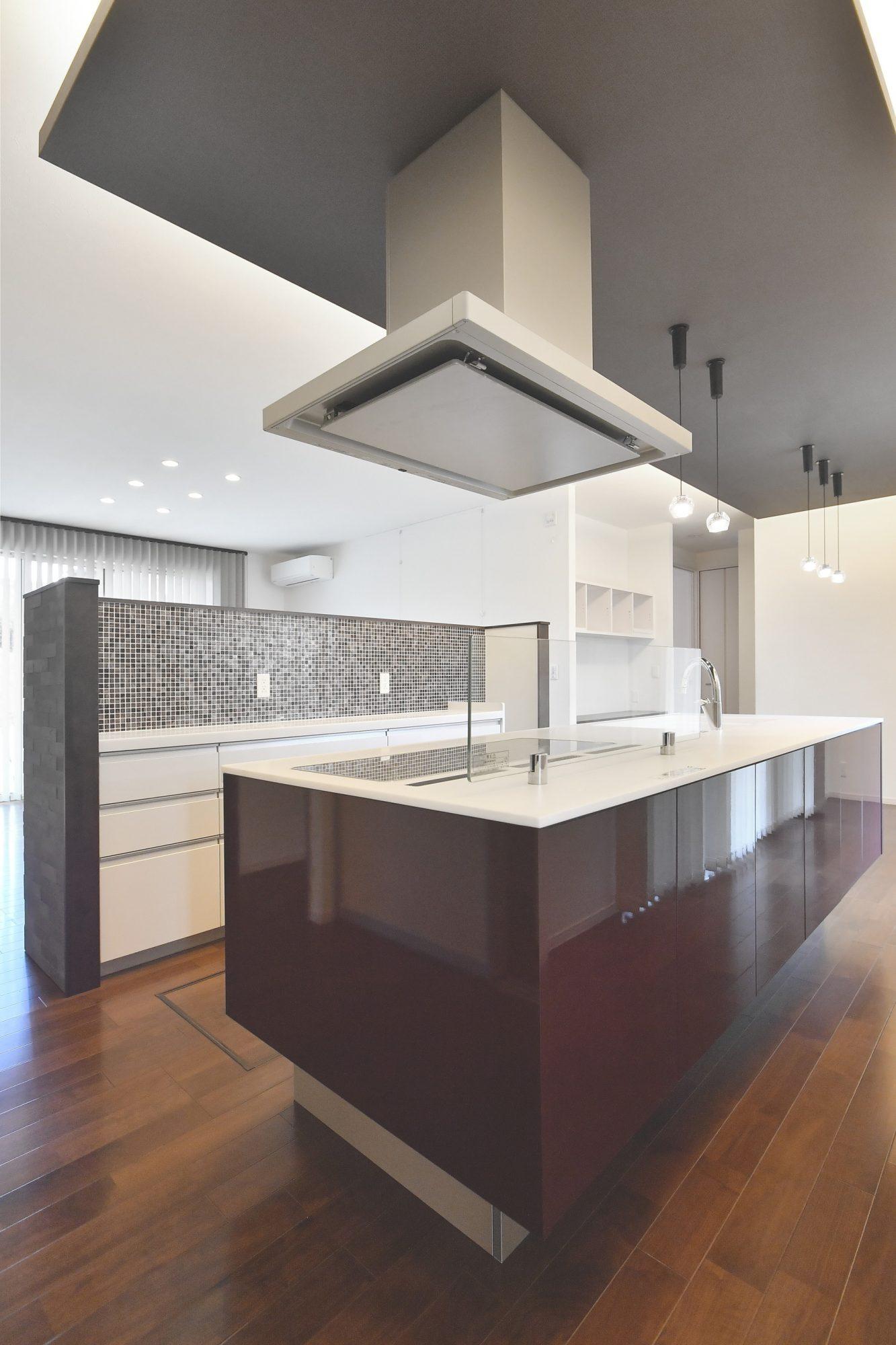 敢えてリビングに背を向けた位置にキッチンがあります。パナソニック「ラクシーナフロートタイプ」が採用されており宙に浮いたデザインとなっています。また、キッチン背面は収納となっていて様々なものが収納可能です!