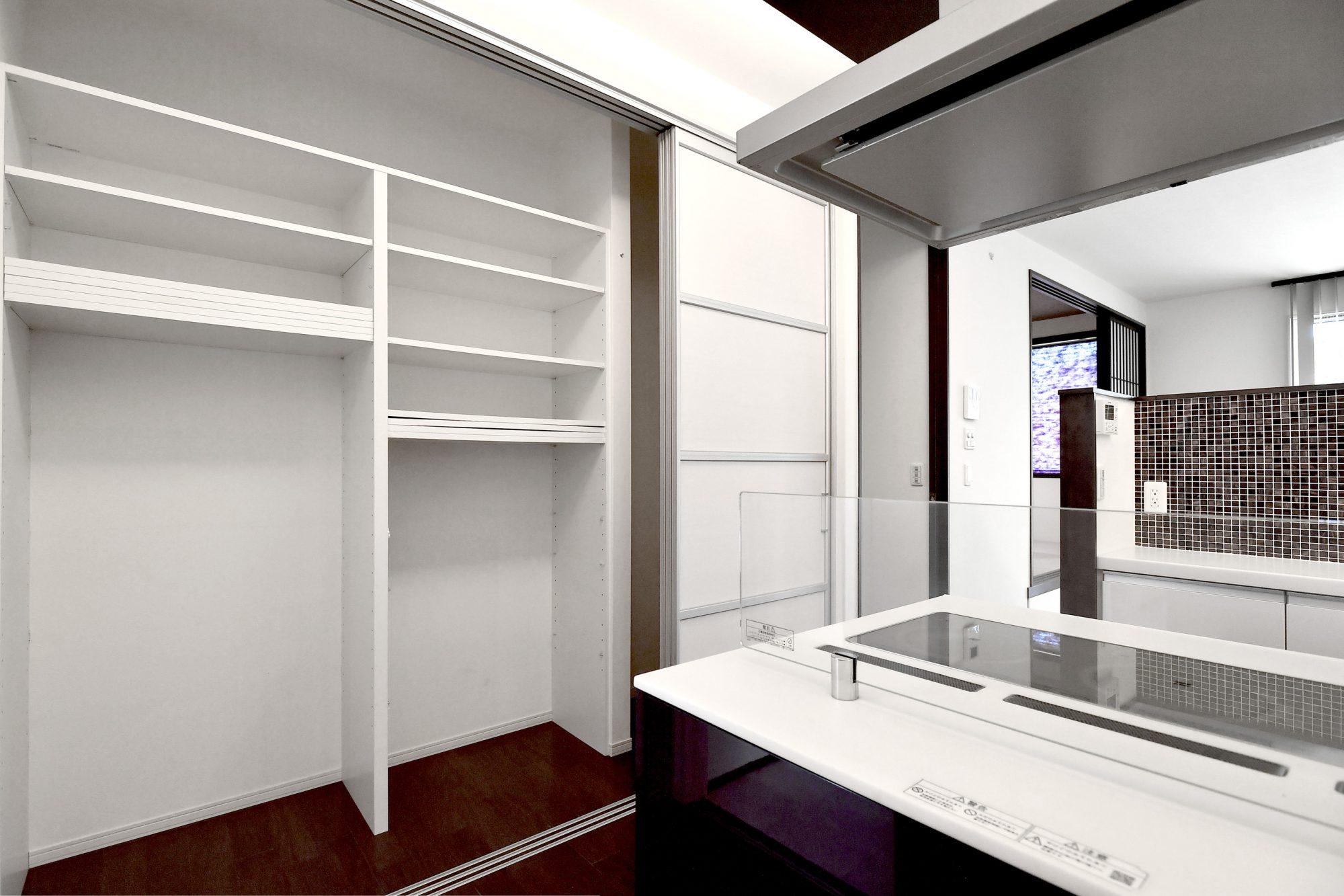 キッチン横には食器棚の他、冷蔵庫やストック食材などを収納可能な収納が配置されています。