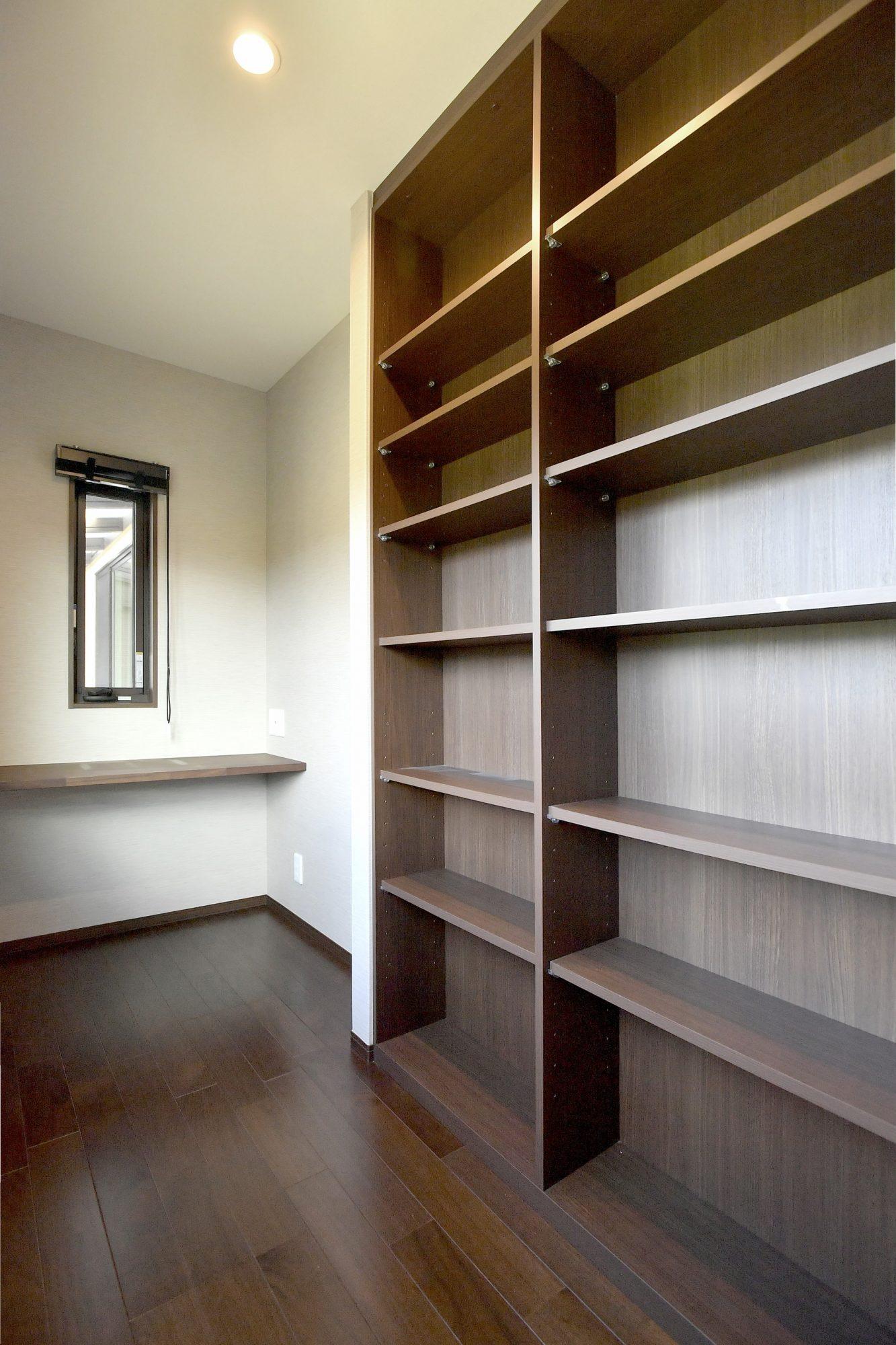 主寝室の横には書斎スペースあり!