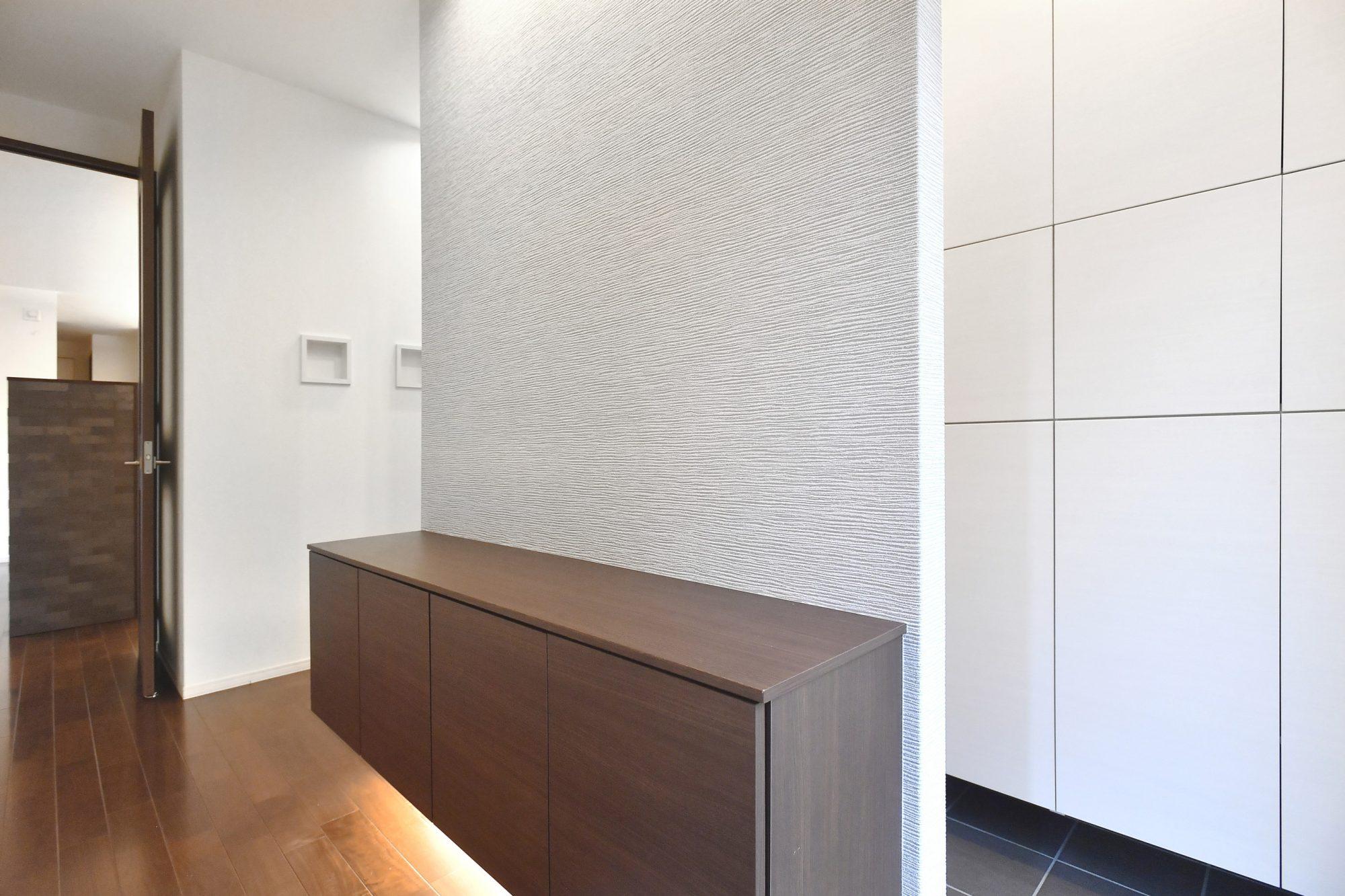 ゲスト用とプライベート用の2アクセス可能な2つの玄関。普段使い用の下駄箱の他、壁面全体を活用したシューズクローゼットが設置されています。